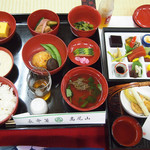高尾山薬王院 - 料理写真:3,500円の例。季節に寄って違います。右上の方にある赤味のお刺身はマグロではありません。魚も肉もこのお膳には存在しないのです。スバラシイ!!