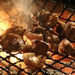 てげてげ - 料理写真:当店一押しのメニュー「篭焼き」です。地頭鶏もも肉・むね肉、日南鶏のもも肉、親鶏のもも肉。鶏が違うとこんなにも食感が違います。まずは一番最初に食べてください。
