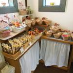 サトウヤ - 店内で売られている焼き菓子類