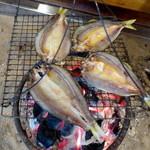 柳家 - 天然鮎ひらきを調理