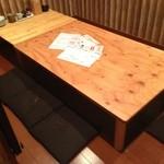 防波亭 - カウンター、二人席、テーブル席の他に個室一室(七人用)