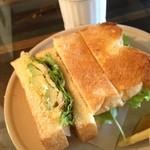 21058558 - アボカドとエビのサンドイッチ