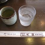 とんかつ大関 - お水と熱いお茶