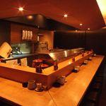 溜池 酉玉 - 自慢のカウンターで、お酒と串をお召し上がりください。