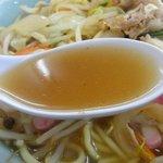寶屋 本店 - 鶏がら醤油のスープ。塩分は強め