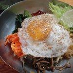 韓国村 - ビビンパ。ワカメスープがついてます。