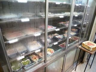 大衆割烹 寿久 - 2013.09 入って右が番台(お勘定場)左に刺身類が並んだ冷蔵庫『いらっしゃい』のあとに『刺身はそこね』って言われます:爆