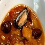 アダンリコ - サフランと効かせた魚のスープ、フェンネルのエビスープにムール貝とホタテ貝柱のうま味を加えカレールーを足し欧風ブイヤベースに仕上げているそうです。