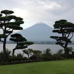 秀峰閣 湖月 - ホテルの庭からみた富士山