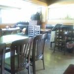 Ainateichao - テーブル席とピアノ