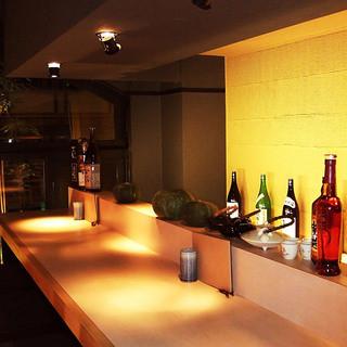 和紙を用いて暖かみある店内でゆったりくつろげる純和風の空間。