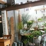 ラカポシ - フラワーショップ併設のカフェ