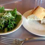 トラットリア マルーモ - TRATTORIA Maruumo 台場店 本日のランチに付くサラダとお替り自由のパン