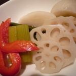 地ビールバー まる麦 - 自家製色々野菜のピクルス
