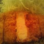 21134049 - 平牧金華豚ロースかつ膳\2000の肉断面(量は少ないけれど脂身美味しいです)