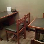 21135322 - 食事は2階で!3卓、4人テーブル1。2人テーブル2だけだ。