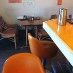キッチン  ベル - カウンターや椅子もオレンジ色。