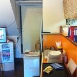 キッチン  ベル - 店内は狭い。