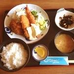 サーフィン - ミックスフライ定食 ¥880 サーフィン後の遅い昼食♪( ´▽`) 店のゆるい雰囲気といつもの家庭的な味☆ むちゃくちゃウマい訳じゃないけど落ち着きます( ^ω^ )