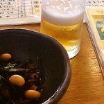 鶏屋たまい - お通しと外席用最初1杯100円のグラスビール