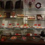21145164 - 店内の棚も可愛いお菓子が並んでいました。
