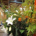 麻布 韓日館 - 入口に生花が飾られています。