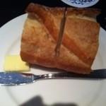ビストロ・ポトフ - バゲットは美味しい!バター付き