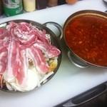 ザザザ食堂 - 牛スジ鍋。辛いスープに柔らかい牛スジと野菜、そして豚バラまで。