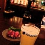 Beering Bon - ハッピーアワー(19時まで)・生ビールとあて一品で500円 この日は、ベルギービールのヒューガルデンホワイトとローストビーフ。スッキリとした飲み口のビール。旨い!