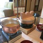 庭園の宿 石亭 - 王冠みたいなふたのお釜に白ご飯、そして銅の鍋にたっぷりはいったあさりの味噌汁。