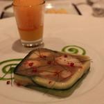 レザンファン ギャテ - テリーヌ (オマール海老とウイキョウ、玉葱をアンチョビ風味の緑のソースで) と オレンジ と 人参の濃厚なムース