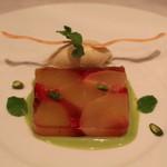 レザンファン ギャテ - デザート (山梨産 フレッシュの桃 と フランボワーズ バニラ アイスクリーム添え ピスタチオを使ったアングレーズ ソース)