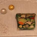 レザンファン ギャテ - テリーヌ (契約農家より取り寄せた、20種類の野菜 魚介の出汁を利かせたサフランのマヨネーズソース(金) と ビネグレットソース(銀)で)
