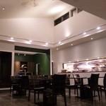 てさくり 田園レストラン - 通常より大きめサイズのテーブルに、ゆったりした吹き抜けの店内