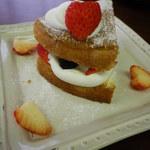 アトリエオハナバコ アンド ハコカフェ - ケーキとブルーベリーのパンケーキ