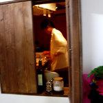 ババズ - 出窓からパシャリ …調理中の店主です