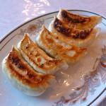 Ryuuhou - 餃子(当時¥525)カリッと感ある焦げ目が絶妙、食欲をそそります!風味あるラー油とともに