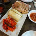韓マウン - 豚肉のロースト、白菜の白キムチ、カクテキの3種盛り。豚肉は葉っぱを巻いて