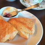 チャトカ 茶と菓 - 料理写真:一番人気のスコーンプレート。サクッとホワッとした食感の当店の自信作。クロテッドクリームと自家製ジャムを添えてどうぞ