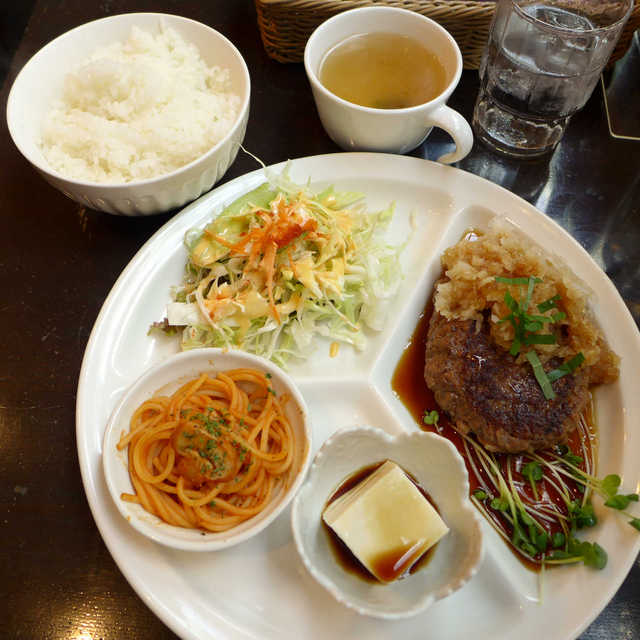 テラス・ドルチェ - 〔日替ランチ〕おろしハンバーグ定食(¥850)冷奴やナポリタンの小鉢がイイネ