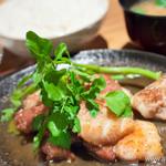 銀座2丁目ミタスカフェ - 国産豚カルビの塩だれ鉄板焼き+ご飯・味噌汁・お新香
