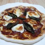 21175084 - トマトソースで作ったピザ
