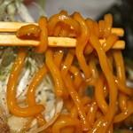 ふたつ矢 - 中太麺は黒色に染まっています