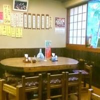 梅月 - 造り酒屋の仕込み樽(樹齢300年)をテーブルに使用し、生木の温もりを感じさせる店内!