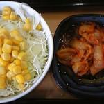 吉野家 - 生野菜サラダとキムチ