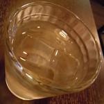 ターメリック - アムラキというハーブ(スパイス)入りのお水♪もちろん無料♪少し黄色いですが、味は普通のお水に近いような気がしましたにゃ♪インドでは有名な抗酸化作用の高いアムラキだそうですにゃ♪