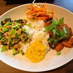 カレーライス ディラン - ハーフ&ハーフ(チキンキーマと小松菜、茄子とトマト) 900円