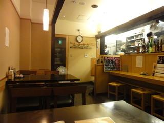 まるぬき - 店内 テーブル席
