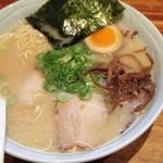 博多濃麻呂 - 料理写真:ラーメンが500円になって、デフォのトッピングに味玉が増えた。