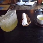 カフェ茶屋 珈夢 - 最初に届いた冷たい緑茶と冷たいオシボリです。 H25.9月撮影